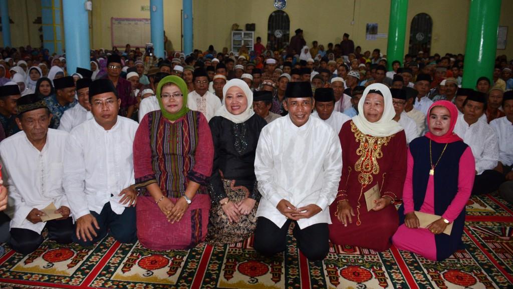 Akrab---Bupati OKI Iskandar, SE saat menghadiri peringatan Maulud Nabi SAW di Desa Penanggoan Duren, Tulung Selapan
