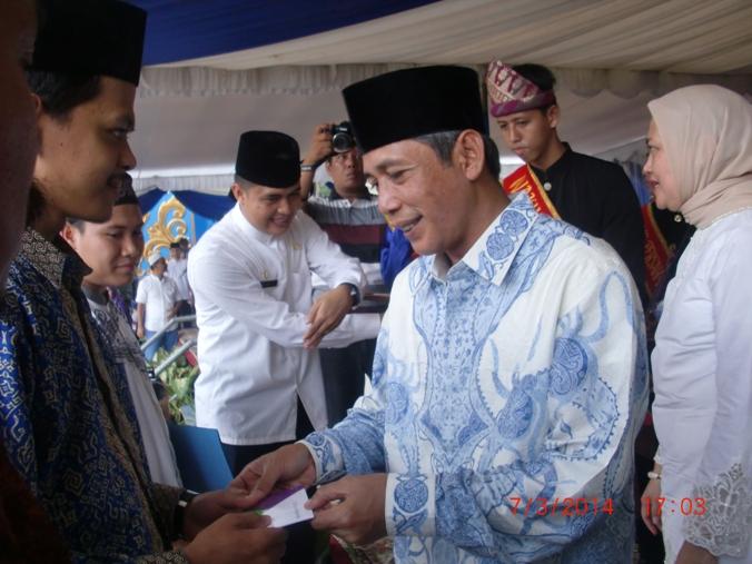 Bupati OKI  Iskandar SE membarikat piagam penghargaan dan uang pembinaan dala bentuk tabungan kepada pemenag MTQ ke 26