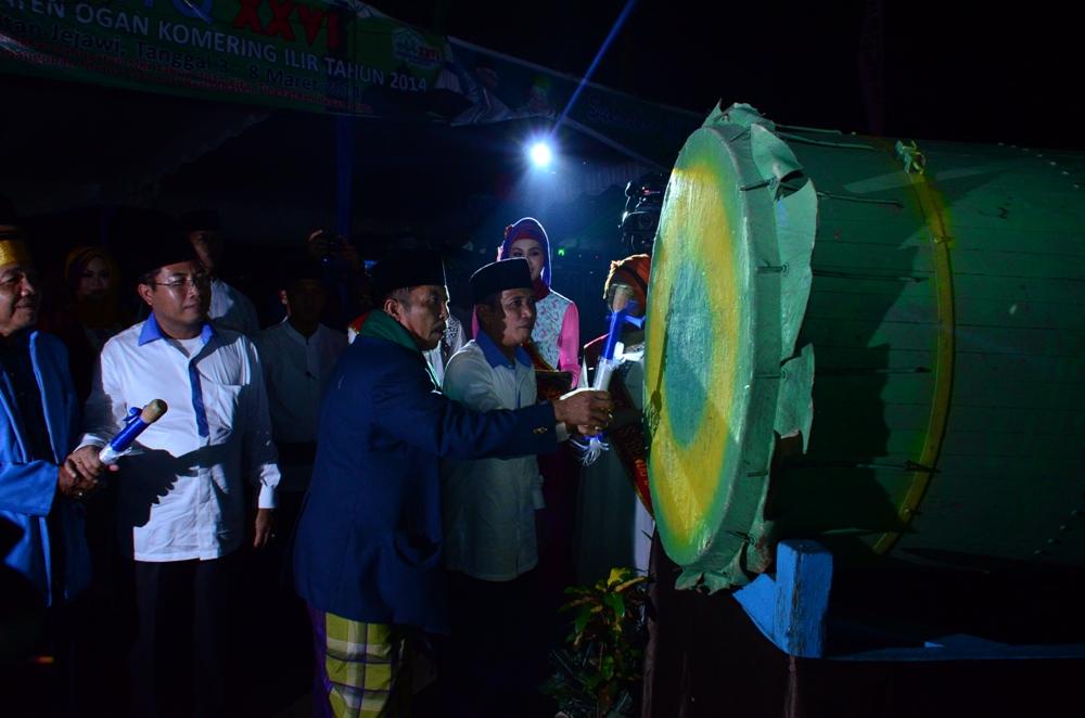 Iskandar SE saat meresmikan Pembukaan MTQ dengan ditandai pemukulan Beduk