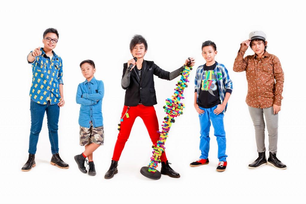 """Yang muda yang berprestasi.. adalah kata-kata yang cocok untuk band Little Giants, dengan semboyan """"The Real Teen Band"""", anak-anak yang berumur 9 -15 tahun ini mampu menunjukan kemampuan mereka nge-Band dan siap untuk menjadi ikon di Industri hiburan Indonesia. Little Giants yang di gawangi oleh Iza (Vocal, 13 Tahun), Vico (Gitar, 12 Tahun), Yaso (Bass, 13 Tahun), Arry Keyboard, 15 Tahun), Clay (Drum, 9 Tahun) Akan mengusung genre Pop dan menjadikan single """"everyday"""" karya Catur Septembrianto komposer yang sukses melahirkan single fenomenal nya Cherrybelle yaitu Dilema, Brand New Day dan single terbarunya Cherrybelle yaitu Dunia Tersenyum akan membuka pintu masuk mereka ke blantika musik Indonesia. Little Giants dibuat, dipersiapkan dan  dikelola oleh CBM Entertainment dengan melalui proses grooming, workshop selama lebih dari 8 bulan baik untuk kemampuan memainkan alat musik maupun kemampuan bermain secara team dan secara rutin melakukan workshop & jam session dengan band instruktur dan juga musisi senior, lihat dan saksikan bagaimana mereka memainkan alat musik baik secara personal maupun secara team di you tube CBM Entertainment ( http://bit.ly/1fYKUD8  ) CBM Entertainment dan Little Giants akan memberi warna baru di industri hiburan dengan konsep hiburan untuk remaja muda dengan mengandalkan kemampuan nge band dan musikalitas mereka. Dengan umur yang masih sangat muda, Lihat dan saksikan bagaimana mereka menunjukan kemampuannya.. Salam Musik Indonesia!    Twitter: @LittleGiantsID Facebook: Little Giants Band CBM Entertainment: @CBM_Entertain"""