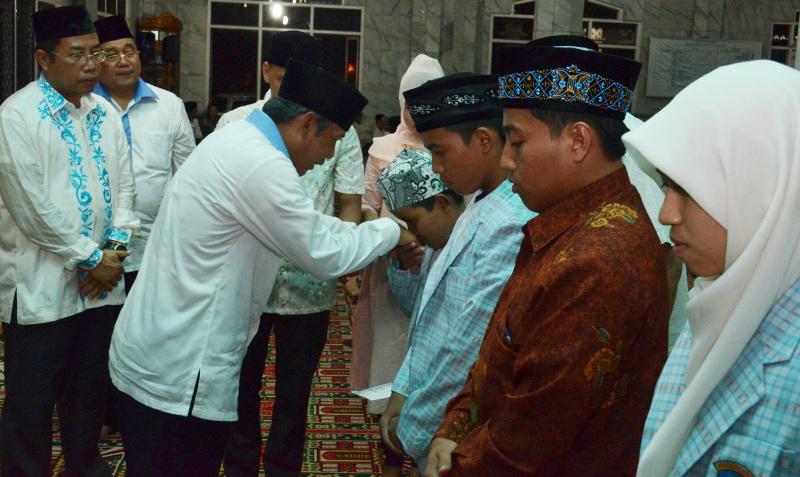 Sungkem---Bupati OKI, Iskdandar, SE memberikan Bonus kepada Juara I Cabang Tilawah MTQ XXVI Sumsel Abi Quhafa