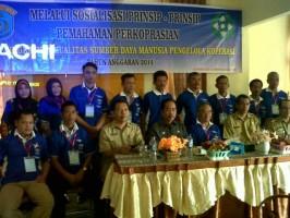 Kepala Disperindagkop, Herry Susanto SSos beserta staf foto bersama dengan pengurus koperasi se-Kabupaten OKI