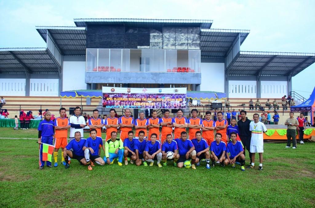 Bupati OKI Iskandar SE Kapten Kesebelasan Sepak Bola Persahabatan
