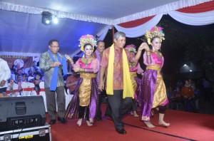 Tari Cang-Cang-Iskandar, SE Bupati OKI diajak menari Cang-Cang pada malam pesta rakyat HUT RI 69
