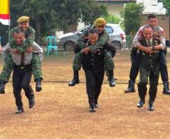 Dari kanan, Dandim 0402 OKI-OI Letkol Inf M Arif Suryandaru, Kapolres OI AKBP Asep Jajat Sudrajat SIk, dan Kapolres OKI AKBP Erwin Rachmat SIk menggendong prajurit TNI dan personil kepolisian, karena kalah dalam permainan.