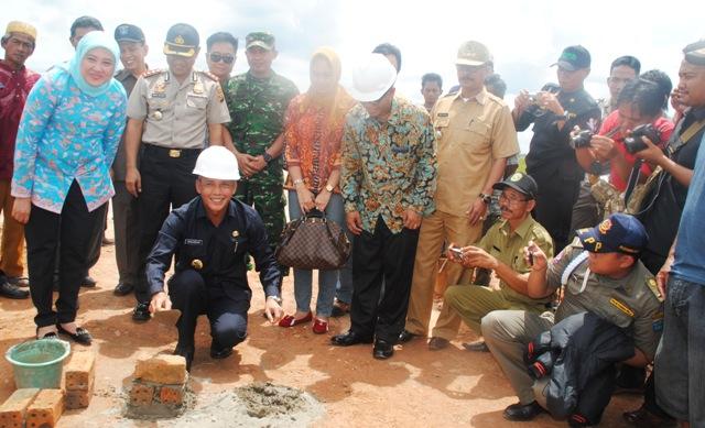 Batu Pertama---Bupati OKI, Iskandar, SE meletakkan batu pertama pembangunan Jembatan Sungai Rasau Jembatan ini akan membuka akses ke Kecamatan Air Sugihan melalui jalur darat
