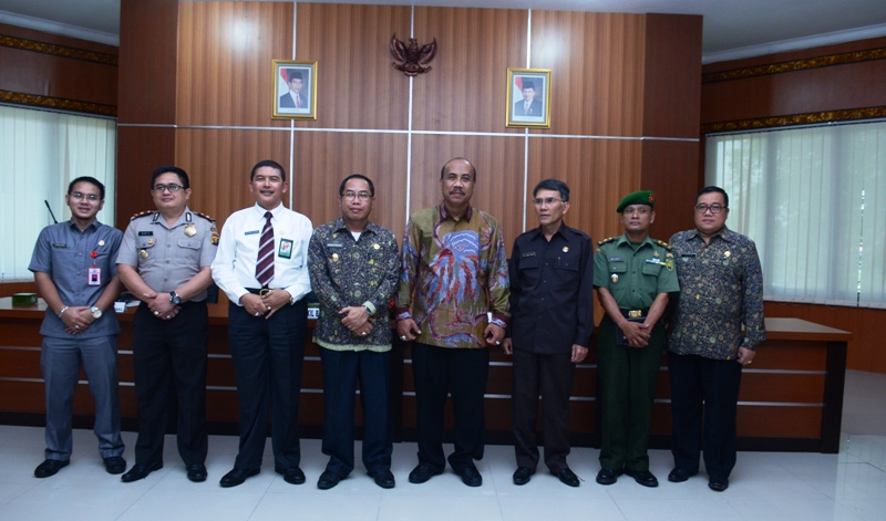 Beri Pembekalan---Phto bersama Kepala BPK dan BPKP Perwakilan Sumsel usai memberi pembekalan penyelenggaraan keuangan berbasis akrual  kepada para pejabat di OKI