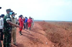 Bupati OKI meninjau titik api pada kebakaran hutan tahun lalu.