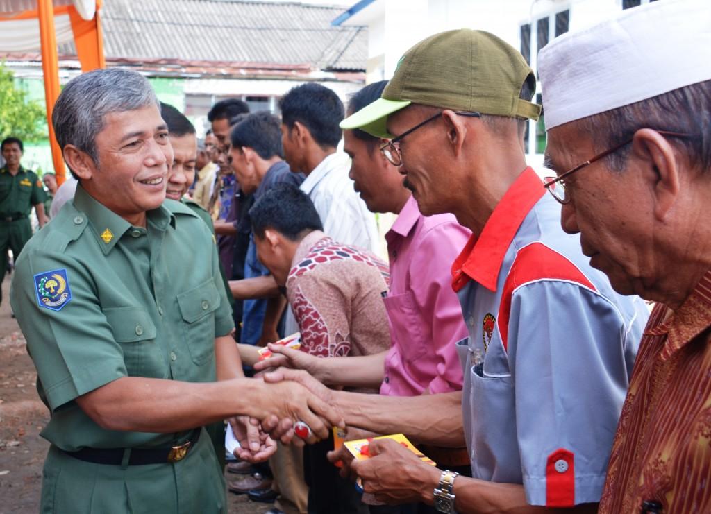 Buku Rekening--Bupati OKI menyerahkan buku rekening Bantuan langsung Gerakan penerapan pengelolaan tanaman terpadu (GP-PTT) ke kelompok tani.