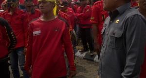 Anggota DPRD OKI H Subhan mendatangi massa demo dari Kasbi untuk menunjuk perwakilan massa duduk bersama di ruangan untuk merundingkan atau menyelesaikan tuntutan yang diminta massa