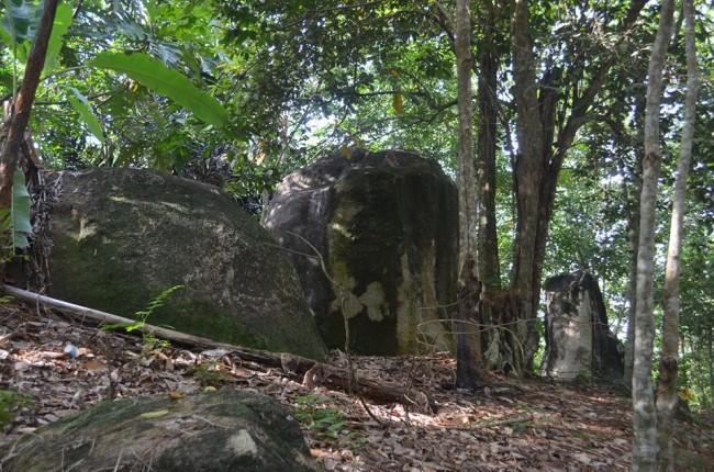 etnik - 3 BATU BATU BERNILAI SEJARAH BUDAYA SUMPAH SERUNTING SAKTI SI PAHIT LIDAH DI KAWASAN WISATA ALAM BUKIT BATU OKI