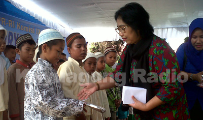 irma suryani anggita komisi iv dpr ri memberikan bantuan