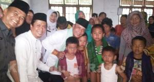 H. Iskandar SE, Kadinkes Lubis S.Km Mkes Menijau Khitinan Massal Desa Riding Kecamatan Pangkalan Lampam.