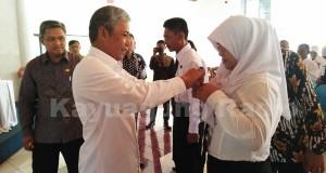 H. Iskandar SE Meberikan Pita Diklat Calon Pengawas Sekolah Kab. OKI (16/03/17).