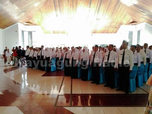 Peserta Diklat Calon Pengawas Sekolah Menyanyikan Lagu Kebangsaan Indonesia Raya (16/03/17).