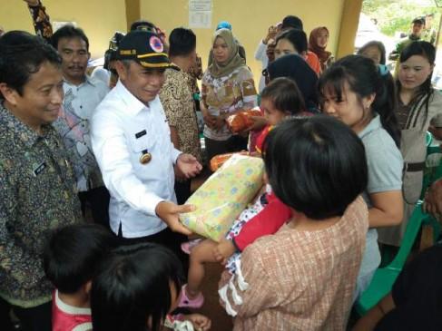 Bupati OKI H. Iskandar SE Berikan Bantuan Kepada Wraga Korban Banjir.