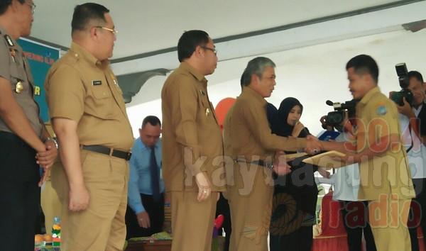 H. Iskandar SE serahkan surat keputusan besaran ADD dan DD beserta L3. di Kecamatan Mesuji 20/03/17.