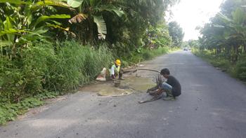 Antisipasi kerusakan jalan, Masyarakat dan Kades di Kec. SP Padang menampal lubang pada jalan agar tidak membesar.