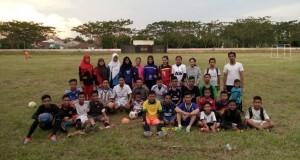 Ketua-Askab-PSSI-OKI-foto-bersama-pemain-SSB-Putra-Putri-Buana-usai-sesi-latihan-di-Stadion-Mini-Kayuagung.