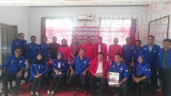 Ketua DWP PAN Sumsel Ambil Formulir Di DPC PDIP OKI.